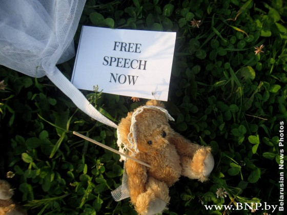 Дополнено: Шведы действительно сбросили на Беларусь плюшевых медведей на парашютах?  фоторепортаж photo society