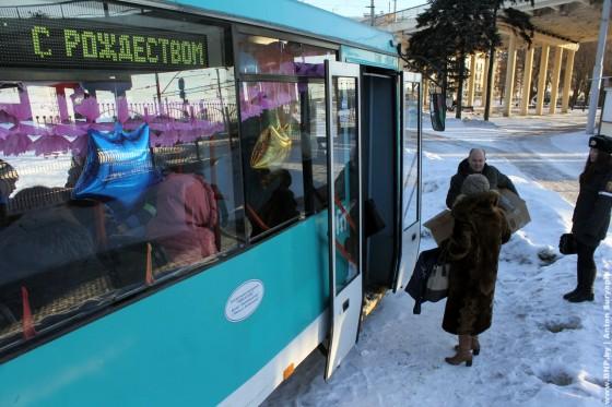 Rozhdestvenskiy-tramvay-ezdit-po-Minsku-6-7-janvarya-01